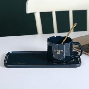 Чаша с порцеланова чинийка и лъжичка
