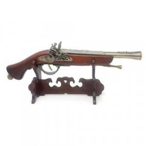 Античен пистолет на дървена поставка