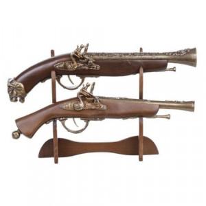 Антични пистолети на поставка
