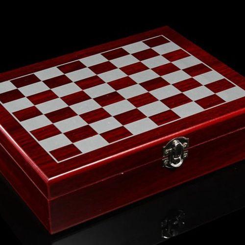 Дървен шах с аксесоари за вино